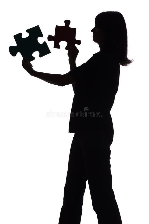 Silueta de la mujer con rompecabezas imagen de archivo