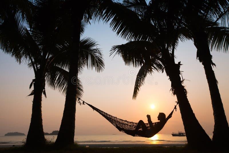 Puesta del sol en hamaca en la playa fotos de archivo libres de regalías