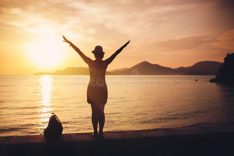 Silueta de la mujer en la playa fotografía de archivo libre de regalías