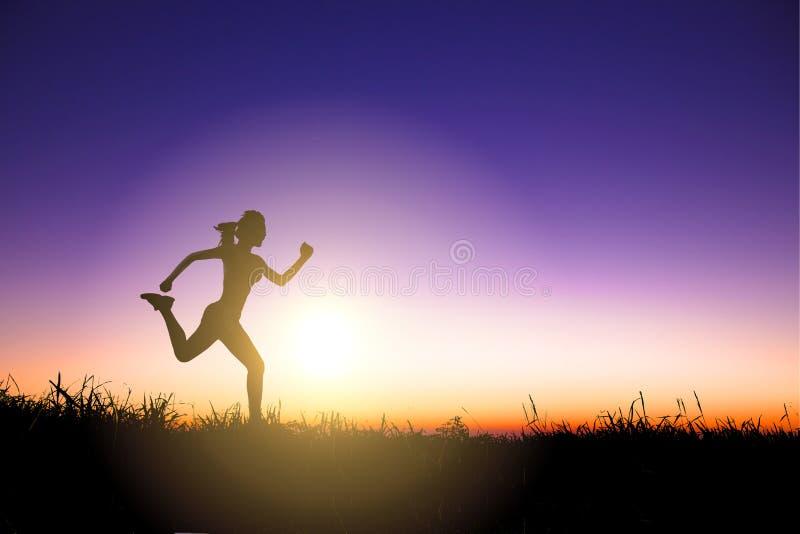 Silueta de la mujer que corre solamente en la puesta del sol hermosa imagenes de archivo