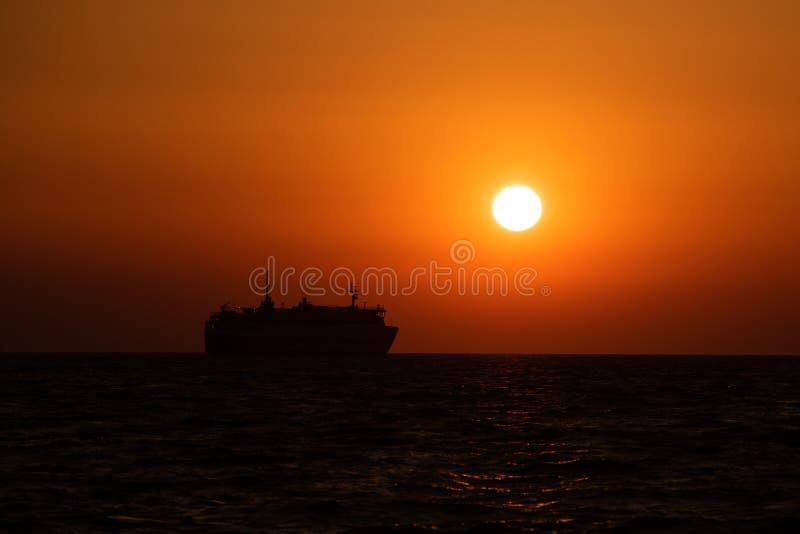 Silueta de la nave que cruza en el Mar Egeo en Grecia en la puesta del sol foto de archivo