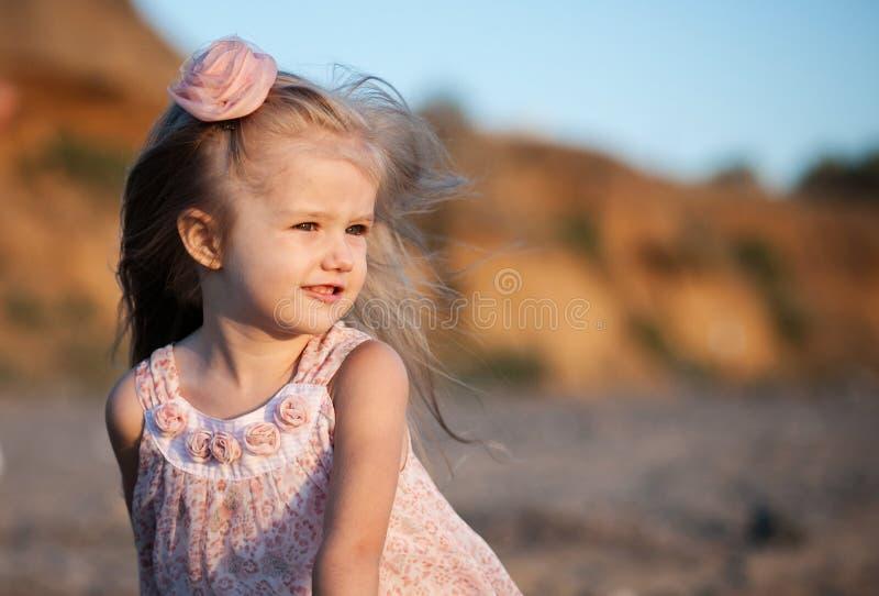Silueta de la niña adorable en una playa en fotografía de archivo libre de regalías