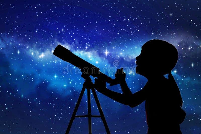 Silueta de la niña que mira a través de un telescopio imagenes de archivo