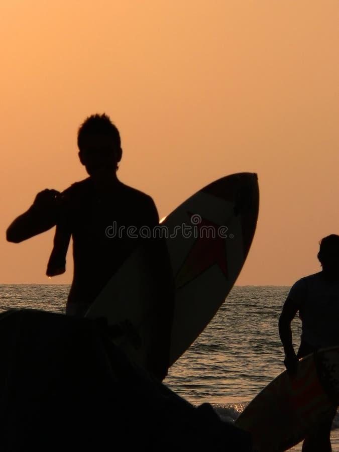 Silueta de la persona que practica surf imagen de archivo