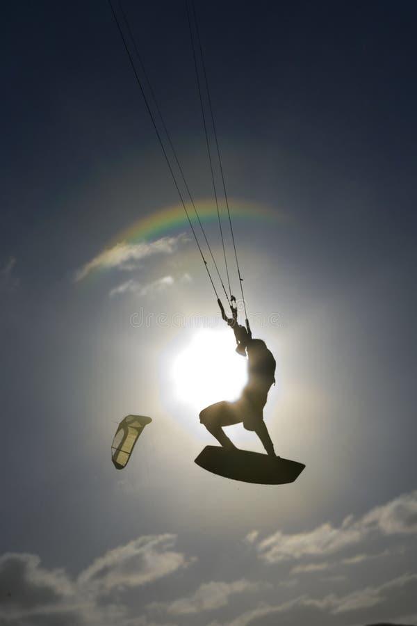 Silueta de la persona que practica surf de la cometa imágenes de archivo libres de regalías