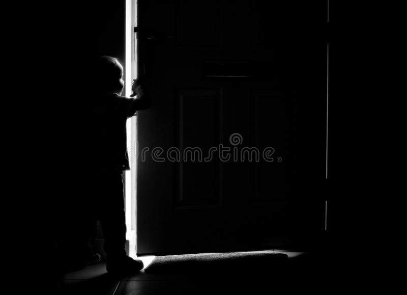 Silueta de la puerta y del muchacho foto de archivo libre de regalías