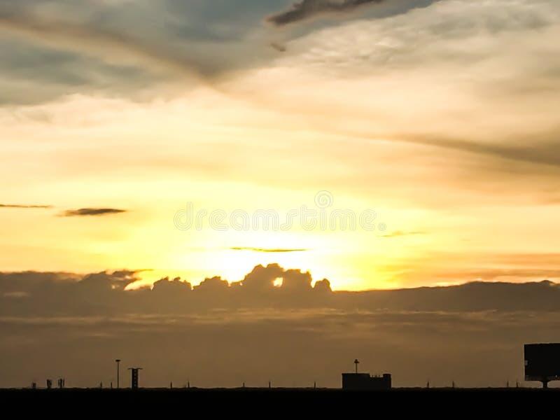 Silueta de la puesta del sol de la ciudad natal en Tailandia céntrico imagen de archivo