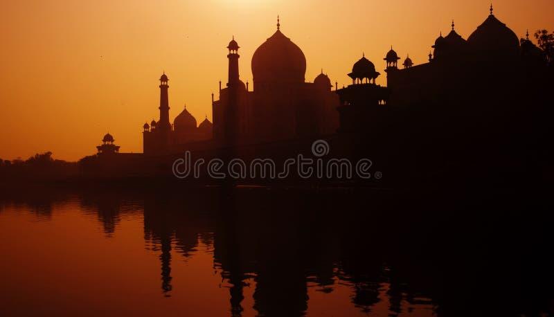Silueta de la puesta del sol de Taj Mahal magnífico fotografía de archivo libre de regalías