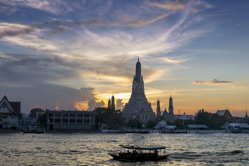 Silueta de la puesta del sol de Wat Arun y de x28; Temple of Dawn y x29; es el lan famoso foto de archivo libre de regalías