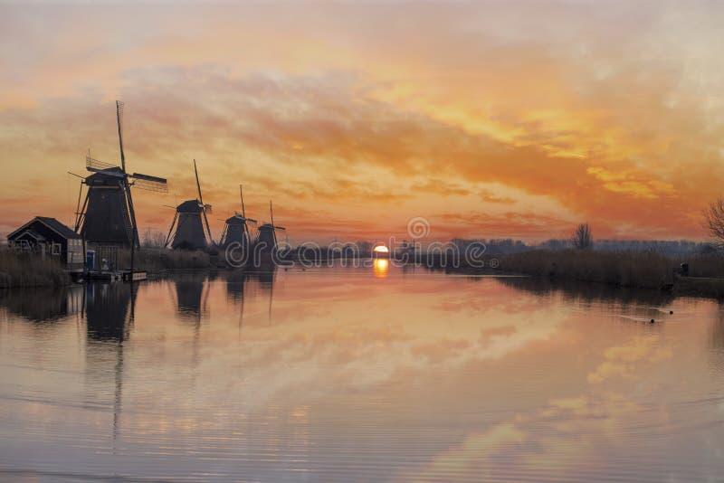 Silueta de la salida del sol del molino de viento imagen de archivo