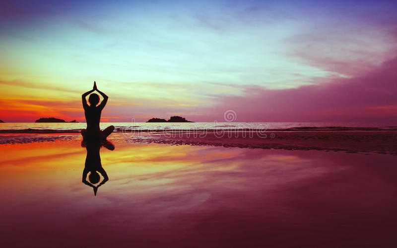 Silueta de la yoga imágenes de archivo libres de regalías