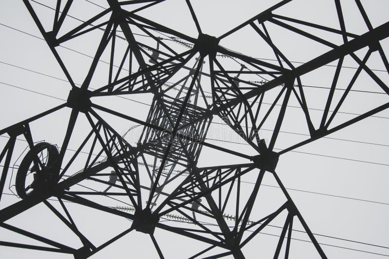 Silueta de las líneas de transmisión Fondo geométrico del extracto de alto voltaje del poste foto de archivo libre de regalías