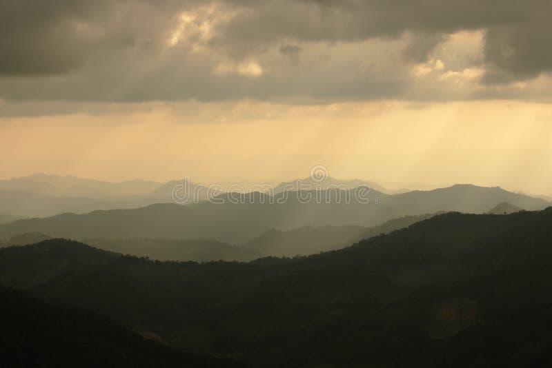 Silueta de las montañas imagenes de archivo