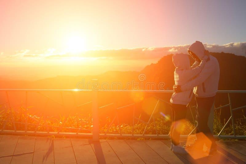 Silueta de los pares felices en la niebla y el sol escénicos de la montaña imagen de archivo libre de regalías