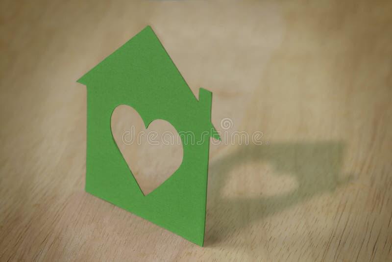Silueta de papel de la casa - concepto de la ecología foto de archivo