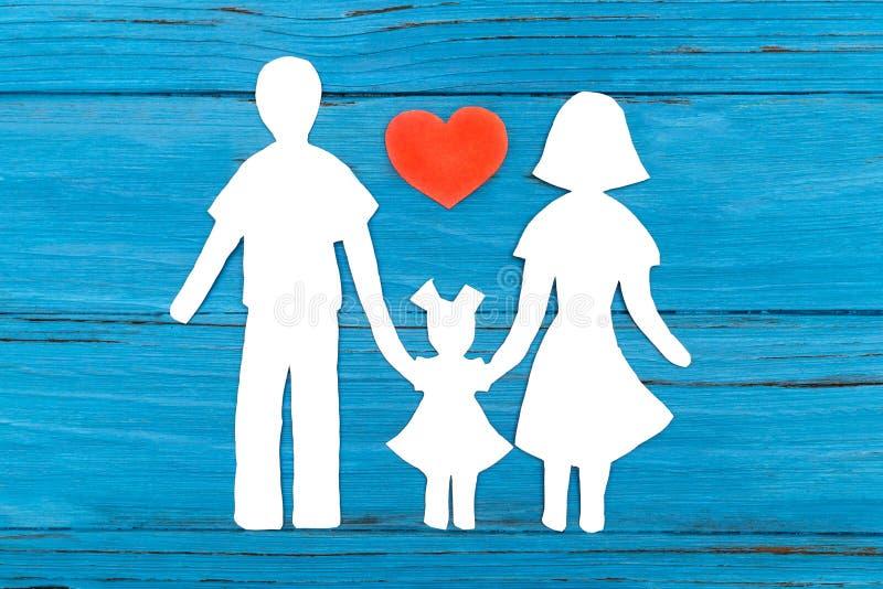 Silueta de papel de la familia con el corazón rojo imagen de archivo