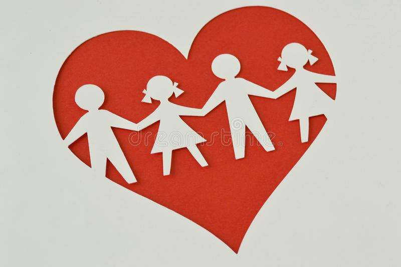Silueta de papel de niños en un corazón - protección del niño y l imágenes de archivo libres de regalías