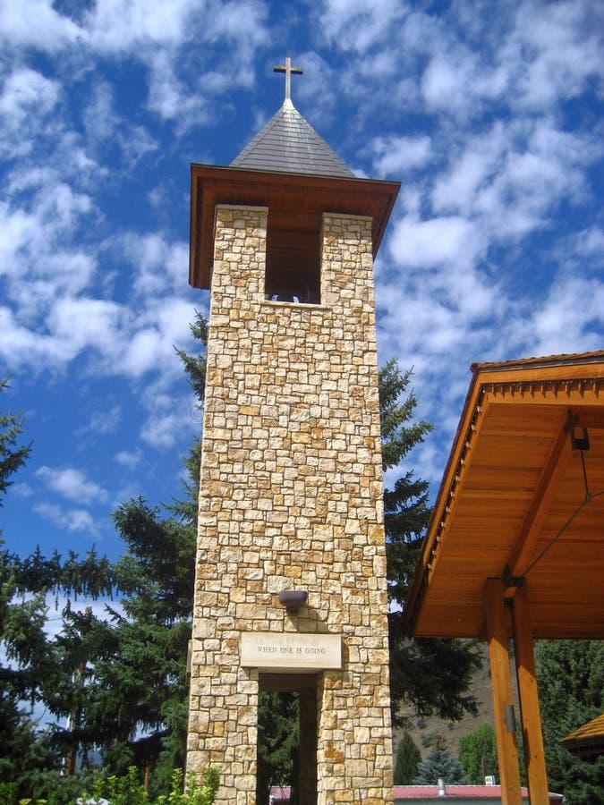 Silueta de piedra y de madera de la torre de iglesia imágenes de archivo libres de regalías
