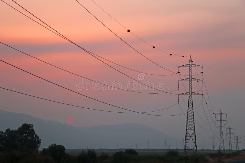 Silueta de postes eléctricos de alto voltaje fotografía de archivo libre de regalías