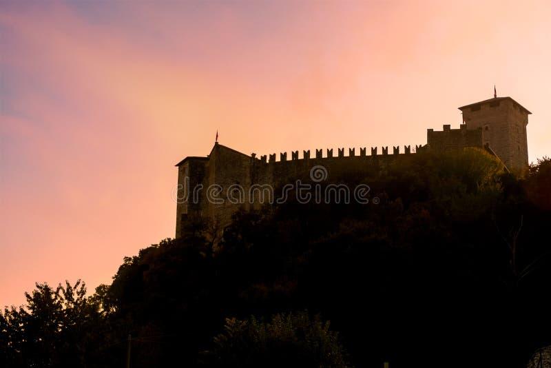 Silueta de un castillo en una montaña en la puesta del sol Italia, Angera Castle Rocca di Angera fotografía de archivo libre de regalías