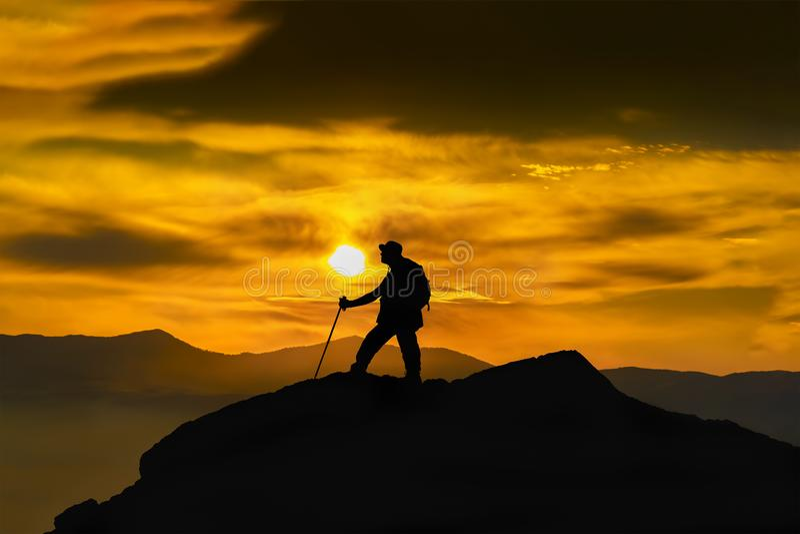 Silueta de un escalador de roca en el pico Deporte y concepto activo de la vida foto de archivo libre de regalías