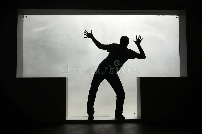 Silueta de un hombre del baile en una ventana T-formada imagen de archivo libre de regalías