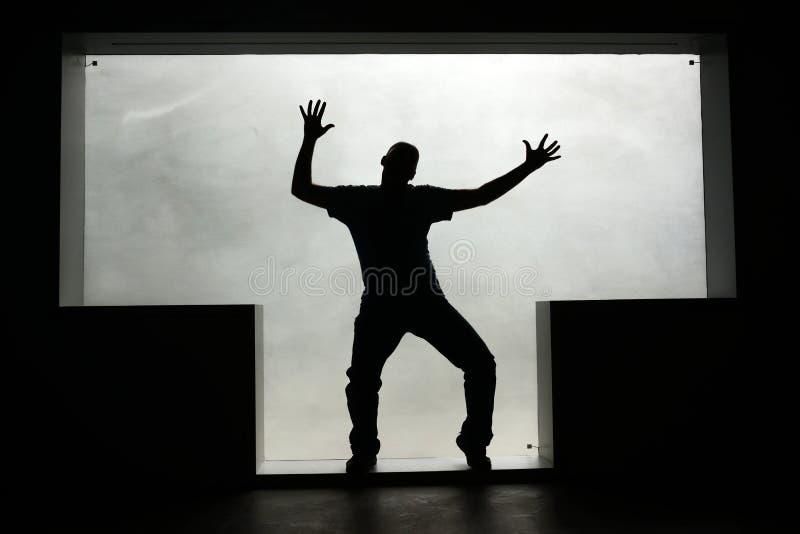 Silueta de un hombre del baile en una ventana T-formada fotos de archivo