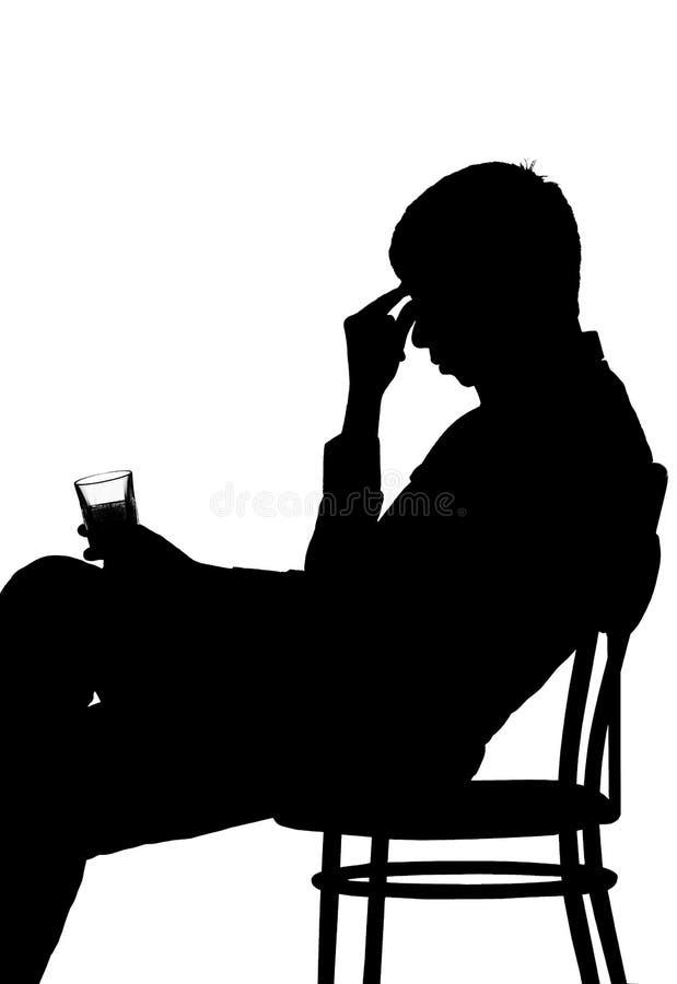 Silueta de un hombre en una depresión con una bebida alcohólica imagen de archivo libre de regalías