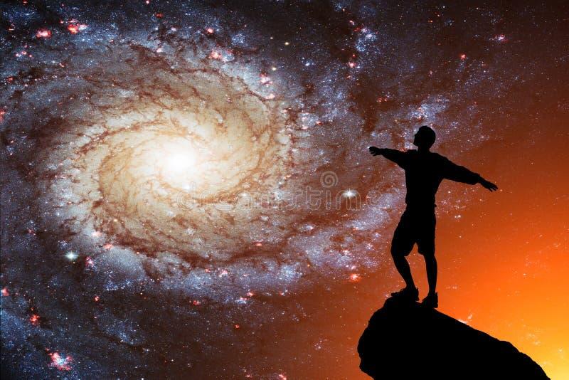 Silueta de un hombre solo contra la perspectiva de la galaxia Diversa bola 3d fotografía de archivo