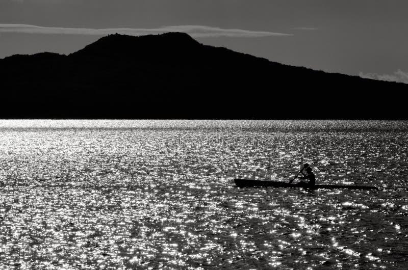 Silueta de un mar del hombre kayaking fotos de archivo