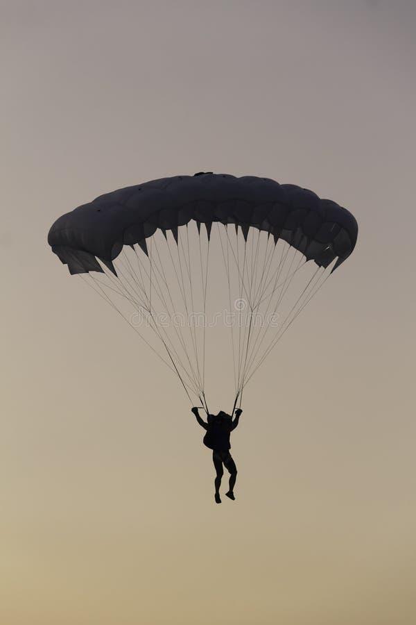 Silueta de un paracaidista fotografía de archivo