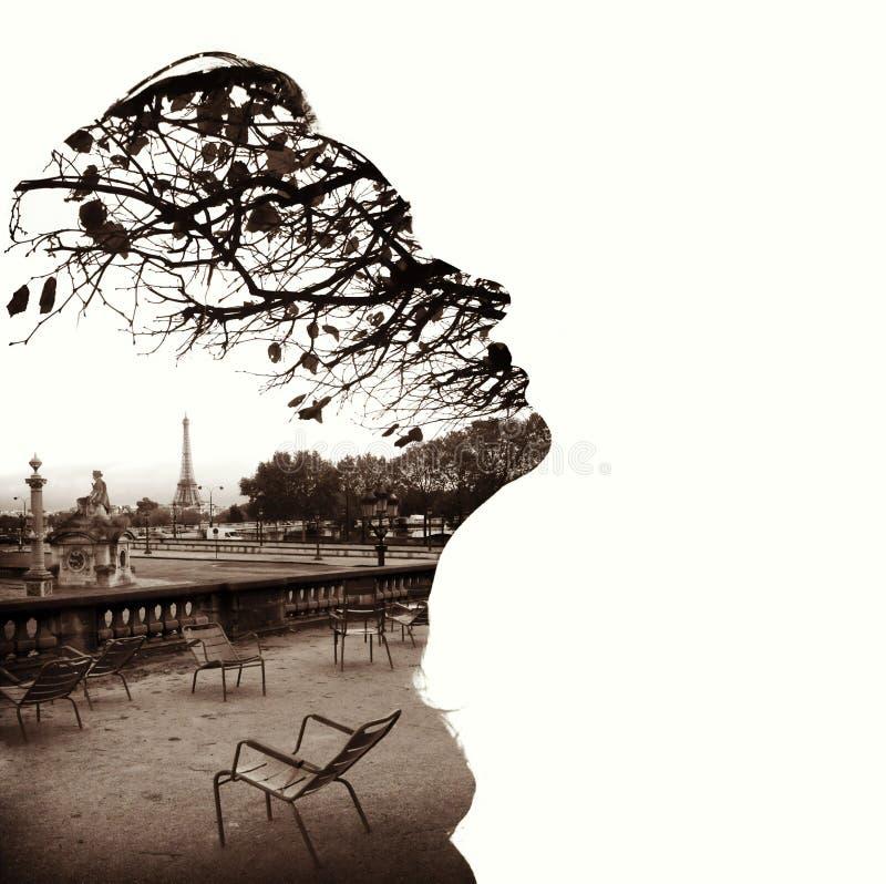 Silueta de un perfil principal femenino, torre Eiffel de París que enmarca foto de archivo