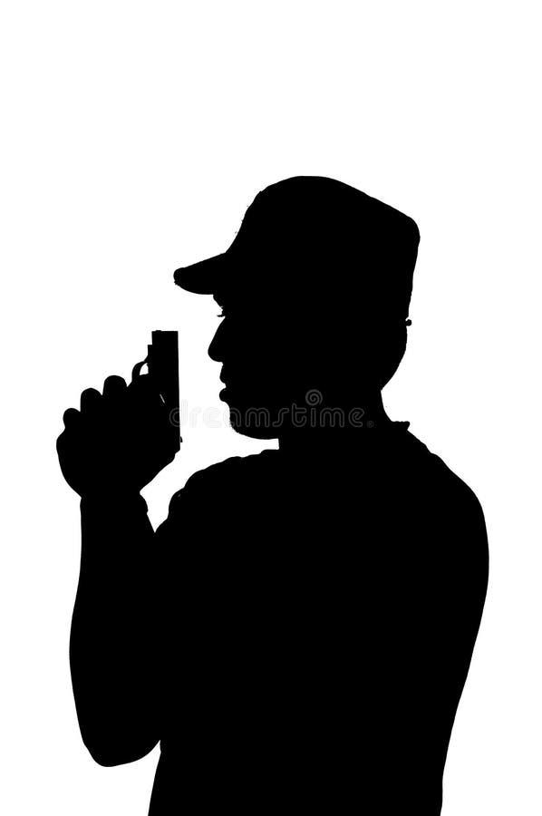 Silueta de un varón joven que sostiene un arma. imágenes de archivo libres de regalías
