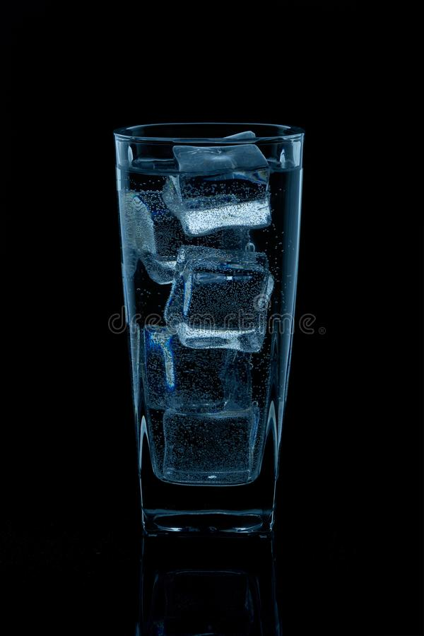 Silueta de un vidrio con agua en un fondo negro fotos de archivo libres de regalías