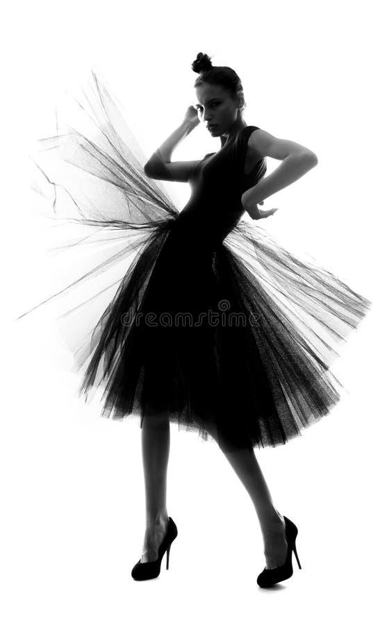 Silueta de una chica delgada con falda completa imagenes de archivo