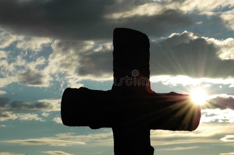 Silueta de una cruz contra fotos de archivo