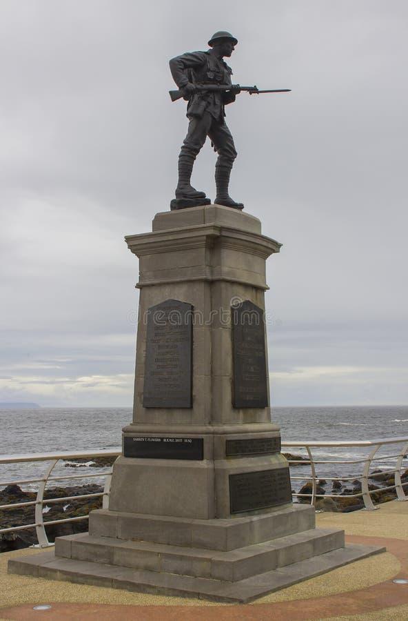 Silueta de una estatua de bronce de británicos Tommy con la bayoneta exhausta en un monumento de guerra BRITÁNICO imágenes de archivo libres de regalías