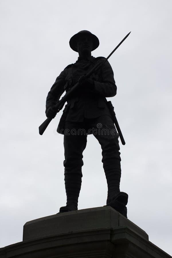 Silueta de una estatua de bronce de británicos Tommy con la bayoneta exhausta en un monumento de guerra BRITÁNICO fotos de archivo libres de regalías