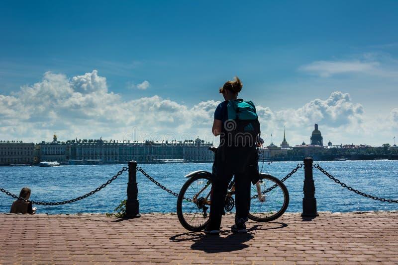 Silueta de una muchacha con una bicicleta fotografía de archivo libre de regalías