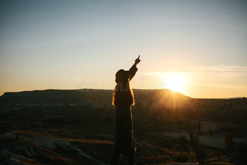 Silueta de una muchacha en la salida del sol fotografía de archivo libre de regalías