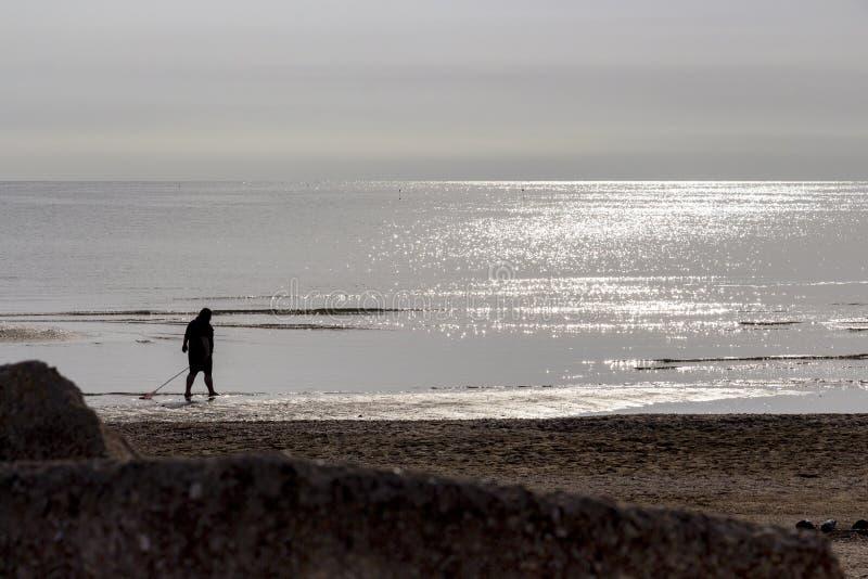 Silueta de una mujer contra el mar adriático italiano foto de archivo
