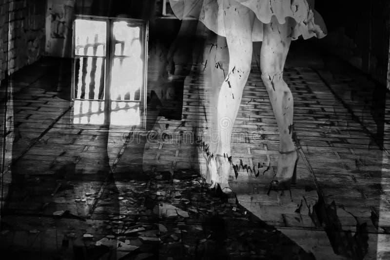 Silueta de una mujer en un callejón oscuro de la ciudad fotos de archivo