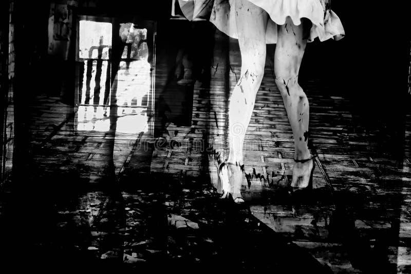 Silueta de una mujer en un callejón oscuro de la ciudad fotografía de archivo libre de regalías