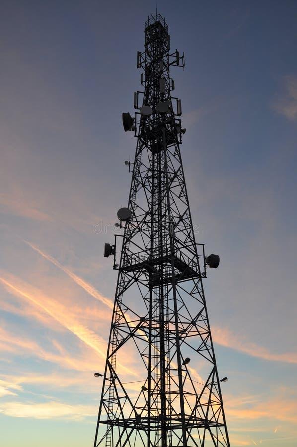 Silueta de una torre del teléfono celular de la telecomunicación fotos de archivo libres de regalías