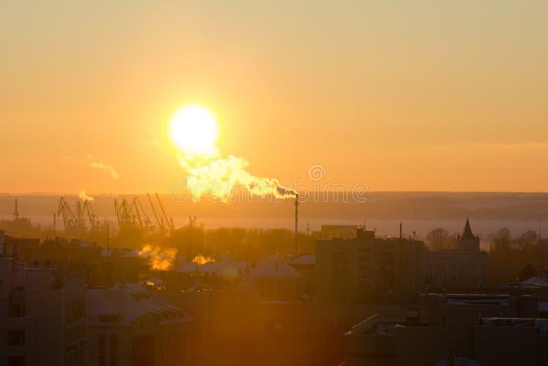 Silueta de varias grúas en un puerto del río en la puesta del sol del invierno fotos de archivo