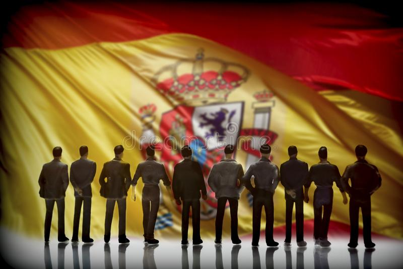 Silueta de varios hombres delante de la bandera española, conceptu foto de archivo libre de regalías