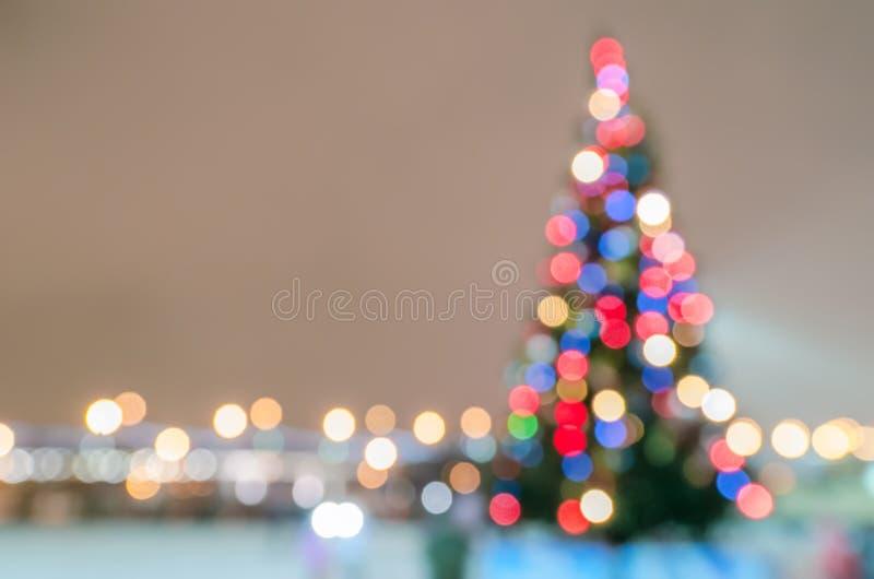 Silueta Defocused del árbol de navidad con las luces fotografía de archivo libre de regalías