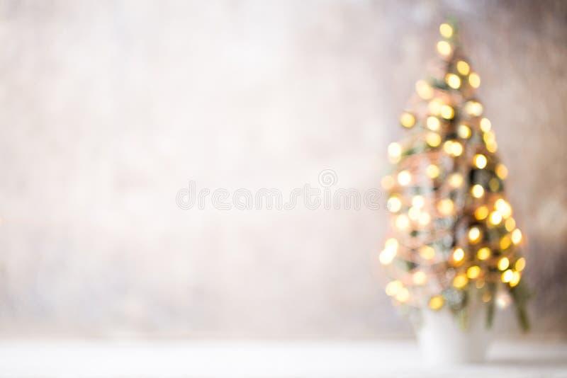 Silueta Defocused del árbol de navidad con las luces borrosas imágenes de archivo libres de regalías
