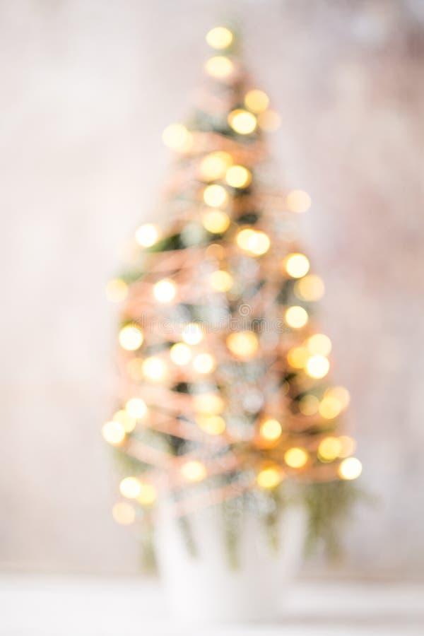 Silueta Defocused del árbol de navidad con las luces borrosas foto de archivo