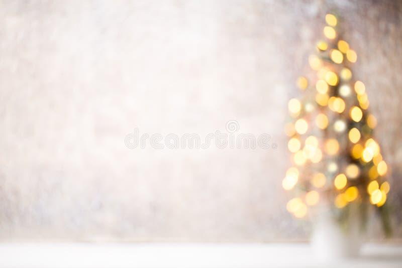 Silueta Defocused del árbol de navidad con las luces borrosas imagenes de archivo